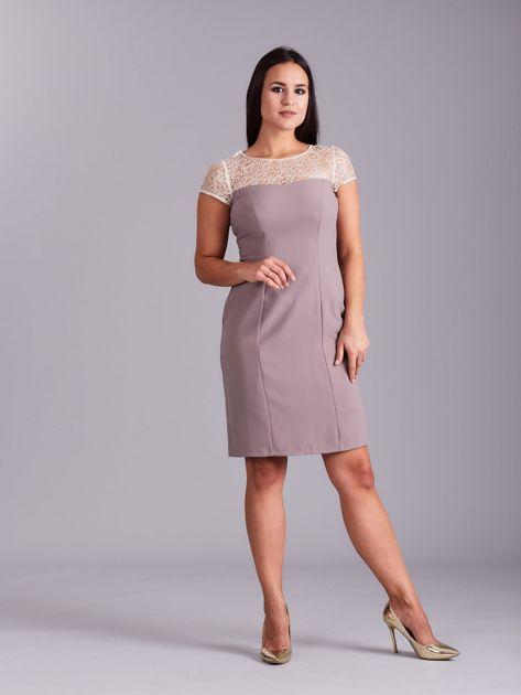 Beżowa sukienka z ażurowym dekoltem