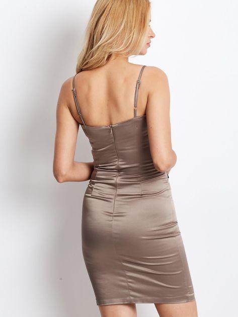 Beżowa sukienka z błyszczącą aplikacją                              zdj.                              3