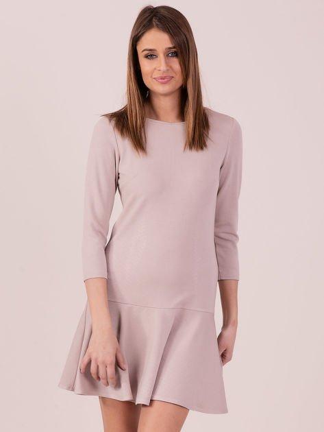 Beżowa sukienka z ozdobną falbaną z tyłu                              zdj.                              1