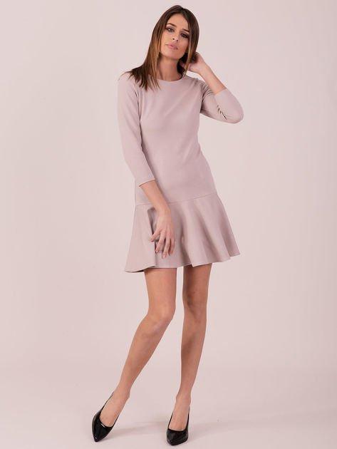 Beżowa sukienka z ozdobną falbaną z tyłu                              zdj.                              4