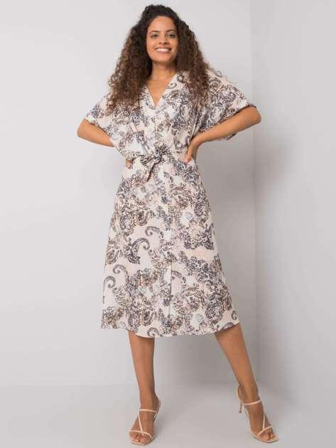 Beżowa sukienka z printami Meara RUE PARIS