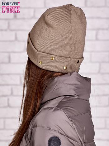 Beżowa wywijana czapka ze złotymi ćwiekami                                  zdj.                                  2