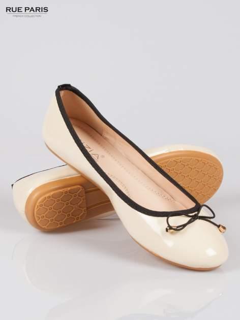 Beżowe baletki faux leather Evy z czarną kokardką i lamówką                                  zdj.                                  4