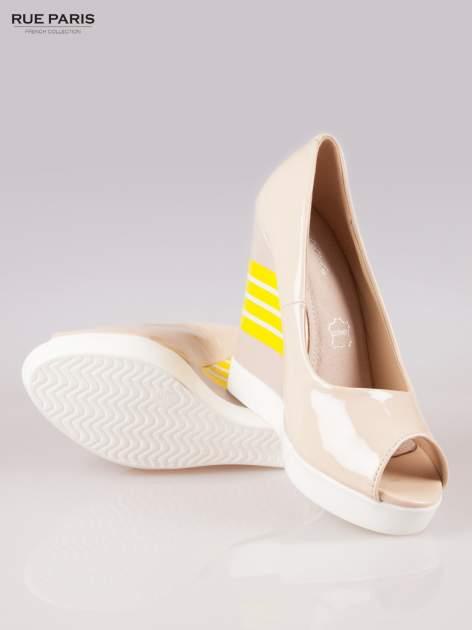 Beżowe lakierowane buty dual material peep toe na wzorzystym koturnie                                  zdj.                                  4