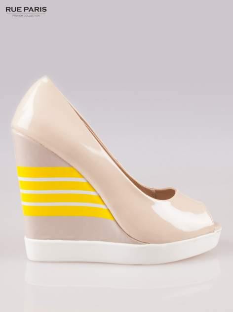 Beżowe lakierowane buty peep toe na wzorzystym koturnie