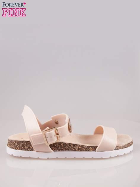 Beżowe płaskie sandały z blaszką na korkowej podeszwie