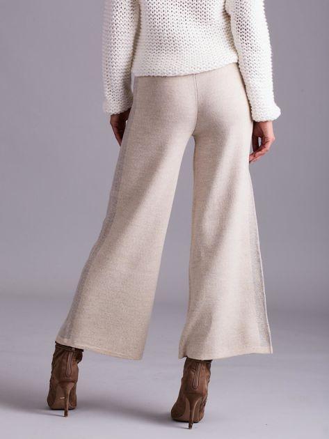 Beżowe szerokie spodnie z dzianiny                              zdj.                              2