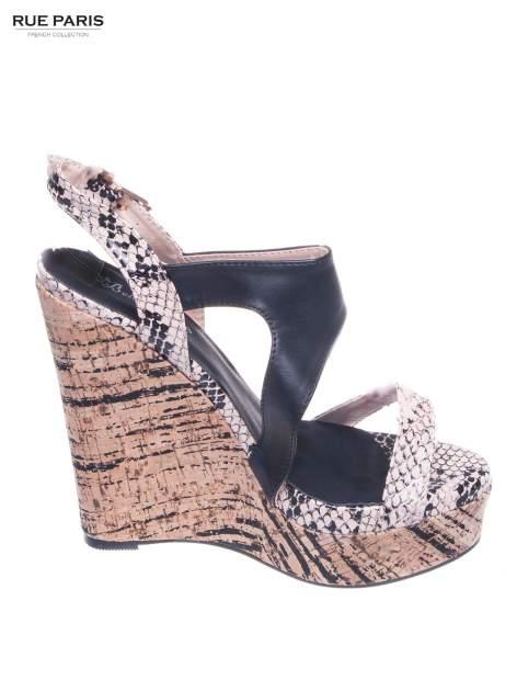 Beżowe wężowe sandały z paskami na korkowym koturnie
