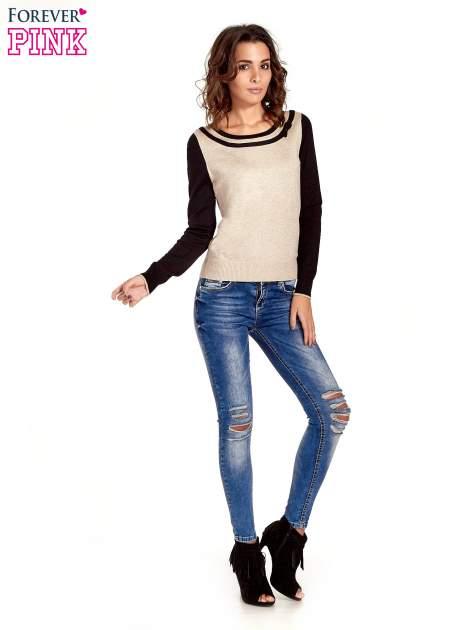 Beżowo-czarny sweter z ozdobnym dekoltem w łódkę                                  zdj.                                  5