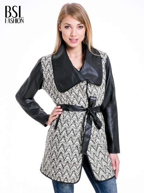 Beżowo-czarny wzorzysty wełniany płaszcz ze skórzanymi rękawami                                  zdj.                                  1