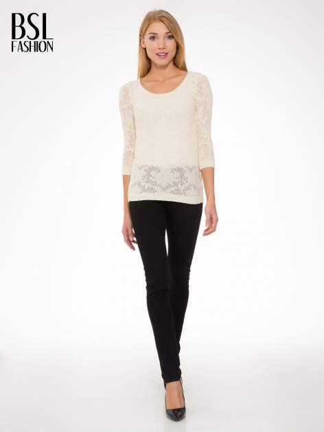 Beżowy ażurowy sweter z rękawami 3/4                                  zdj.                                  2