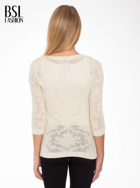 Beżowy ażurowy sweter z rękawami 3/4                                  zdj.                                  4