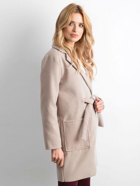 Beżowy flauszowy płaszcz z paskiem                              zdj.                              3