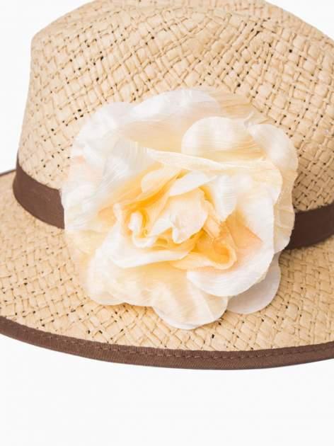 Beżowy kapelusz słomiany z dużym rondem i dużym kwiatem                                  zdj.                                  8