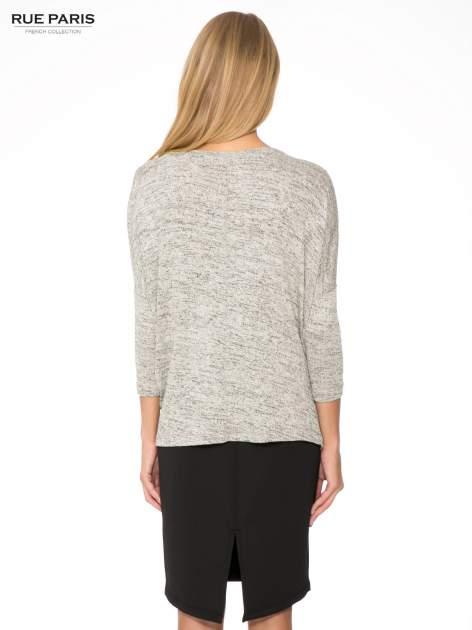 Beżowy melanżowy sweter oversize o obniżonej linii ramion                                  zdj.                                  4