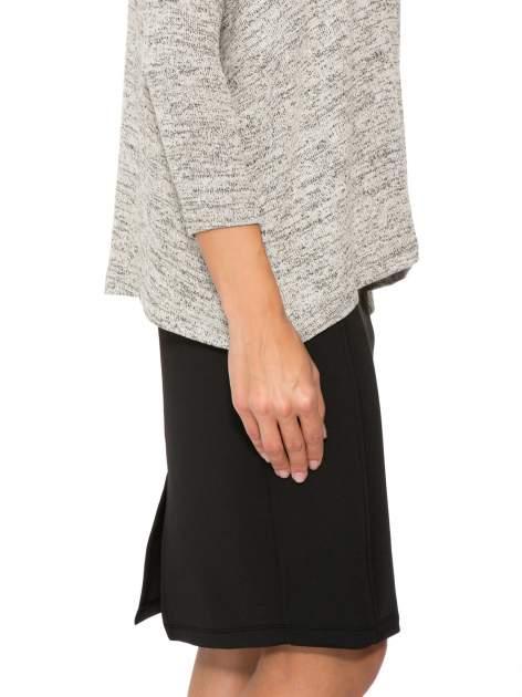 Beżowy melanżowy sweter oversize o obniżonej linii ramion                                  zdj.                                  10