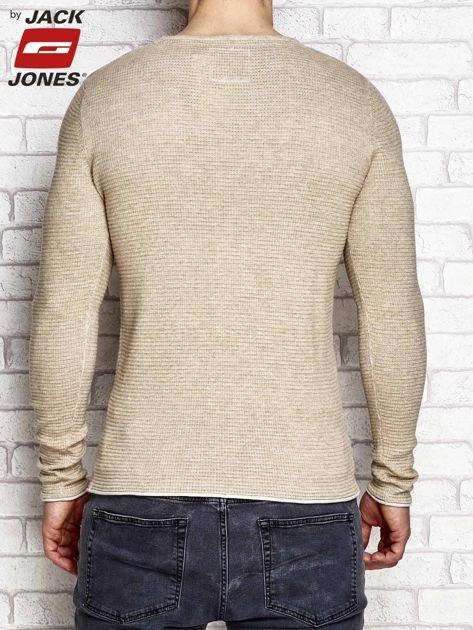Beżowy sweter męski w strukturalny wzór