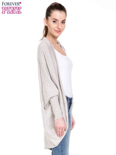 Beżowy sweter narzutka z nietoperzowymi rekawami                                  zdj.                                  3