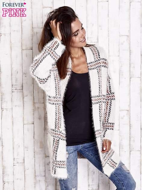 Beżowy sweter w kratę z kieszeniami                                  zdj.                                  3
