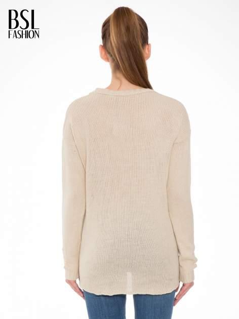 Beżowy sweter z jelonkiem i efektem destroyed                                  zdj.                                  4