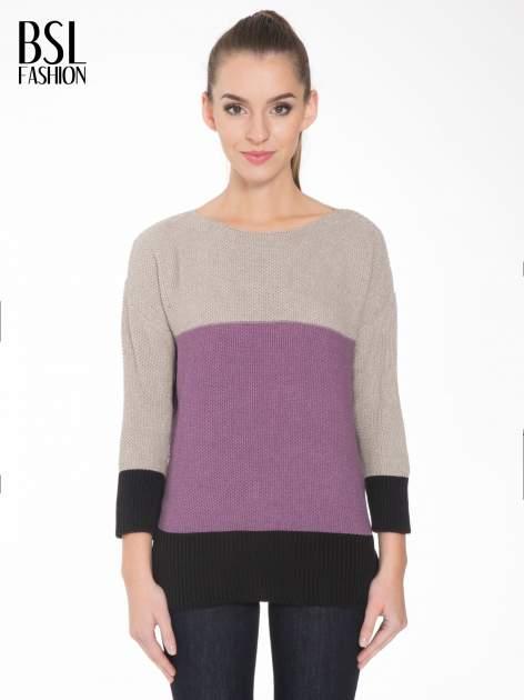 Beżowy sweter z modułami przeplatany błyszczącą nicią