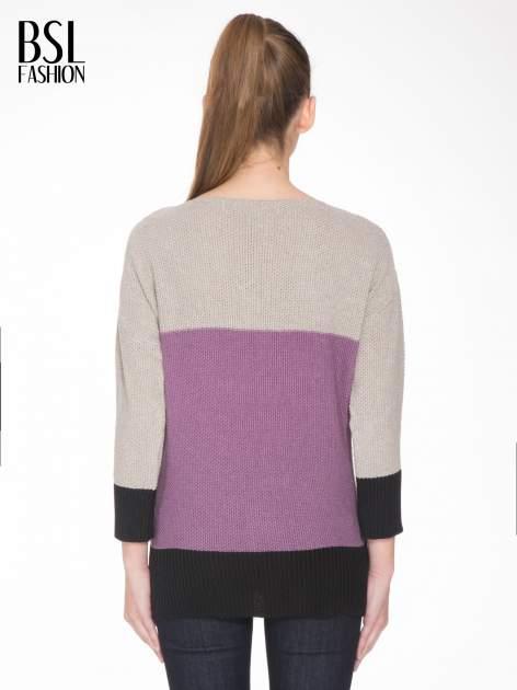 Beżowy sweter z modułami przeplatany błyszczącą nicią                                  zdj.                                  4