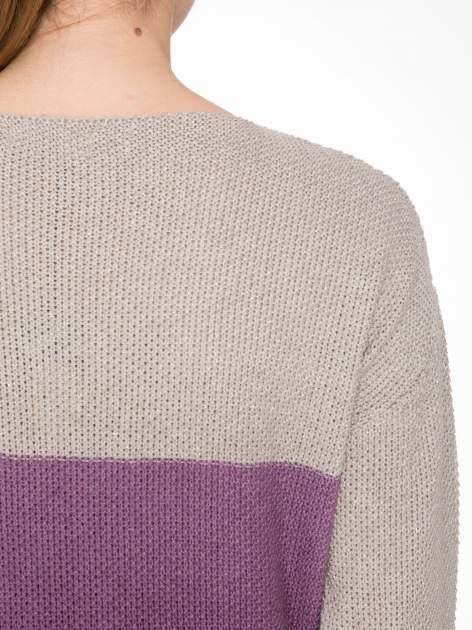 Beżowy sweter z modułami przeplatany błyszczącą nicią                                  zdj.                                  7