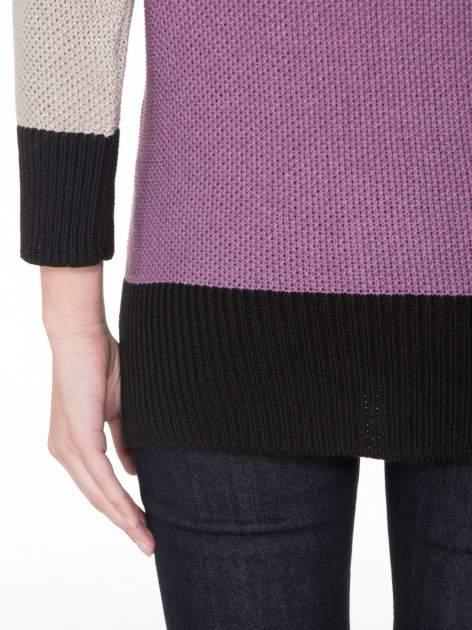 Beżowy sweter z modułami przeplatany błyszczącą nicią                                  zdj.                                  8