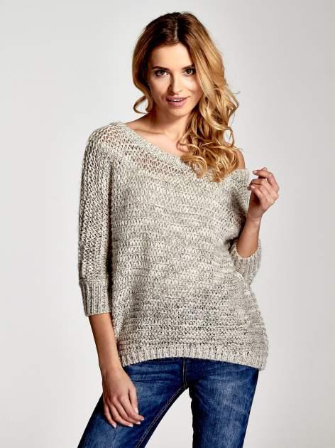 Beżowy sweter z szerokim dekoltem                                  zdj.                                  1