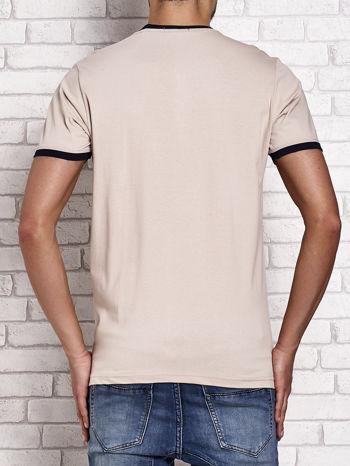 Beżowy t-shirt męski z aplikacjami i napisami