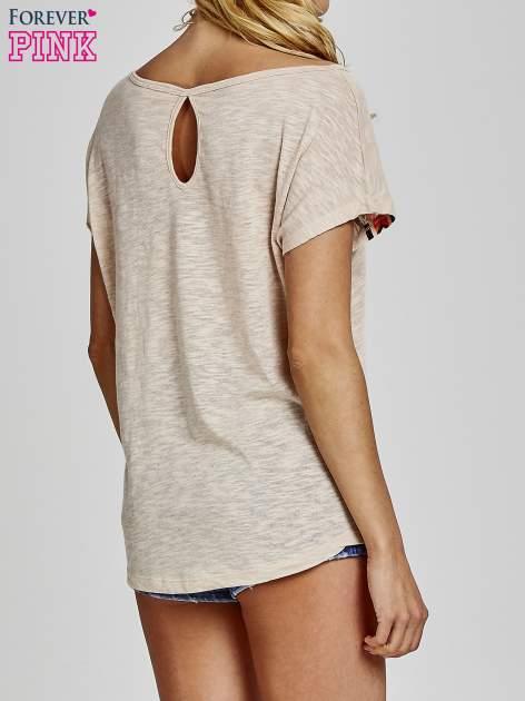 Beżowy t-shirt we wzory azteckie z dżetami                                  zdj.                                  5