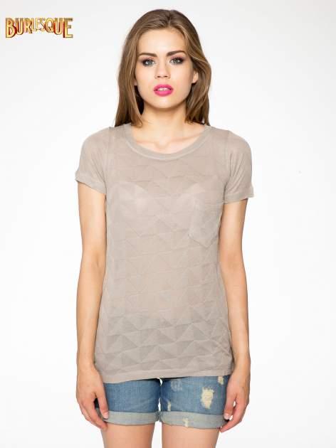 Beżowy t-shirt z ażurowymi przeszyciami i kieszonką                                  zdj.                                  5