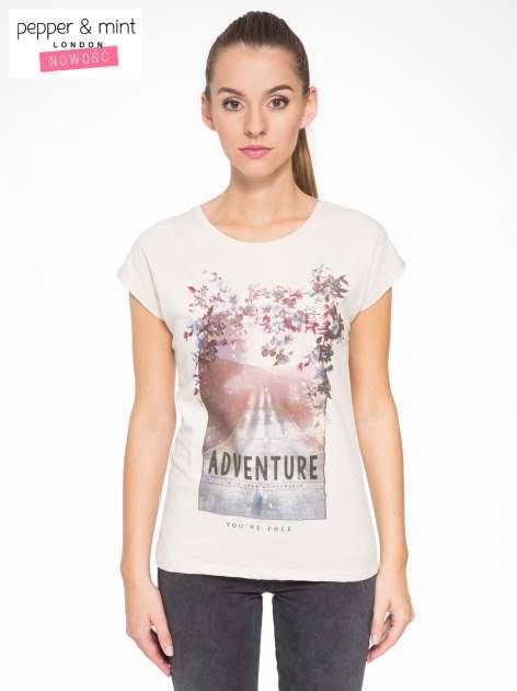 Beżowy t-shirt z fotografią drogi i napisem ADVENTURE                                  zdj.                                  1