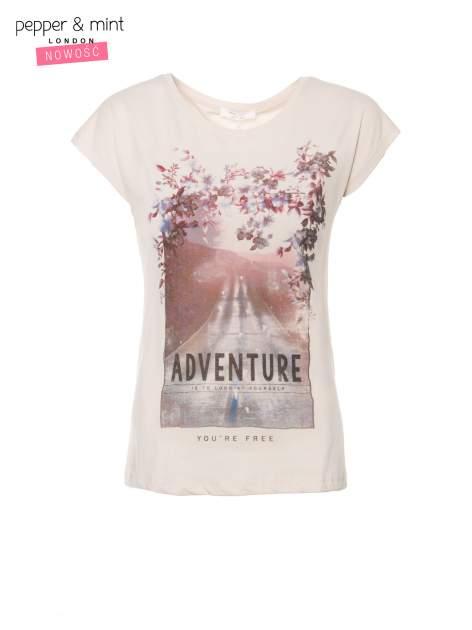 Beżowy t-shirt z fotografią drogi i napisem ADVENTURE                                  zdj.                                  2