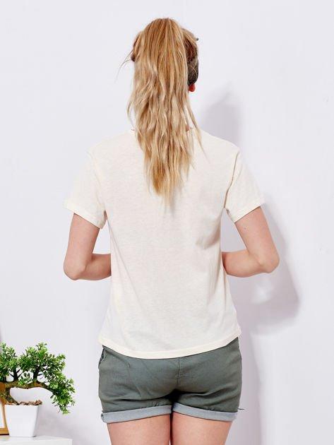 Beżowy t-shirt z kolorowym nadrukiem i perełkami                                  zdj.                                  2