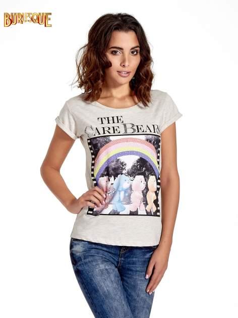 Beżowy t-shirt z nadrukiem troskliwych misiów