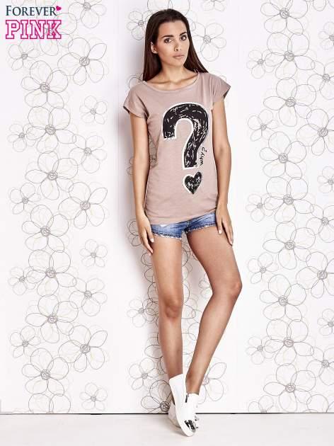Beżowy t-shirt z nadrukiem znaku zapytania                                  zdj.                                  2
