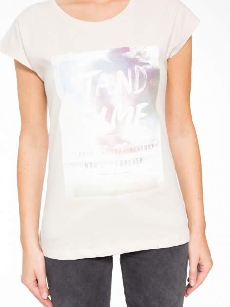Beżowy t-shirt z napisem STAND BY ME                                  zdj.                                  7