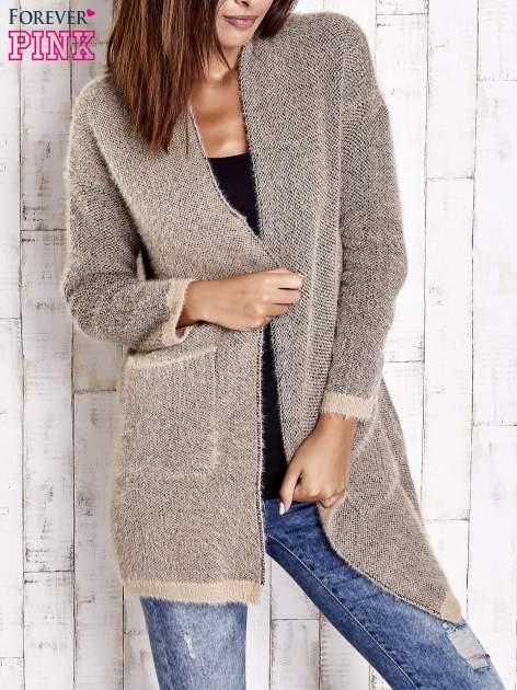 Beżowy włochaty sweter z otwartym dekoltem                                  zdj.                                  3