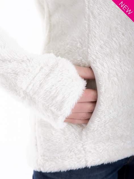 Biała bluza polarowa z kapturem z pomponikami                                  zdj.                                  7