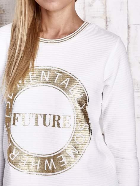 Biała bluza w stylu glamour ze złotym nadrukiem i lamówką                                  zdj.                                  6