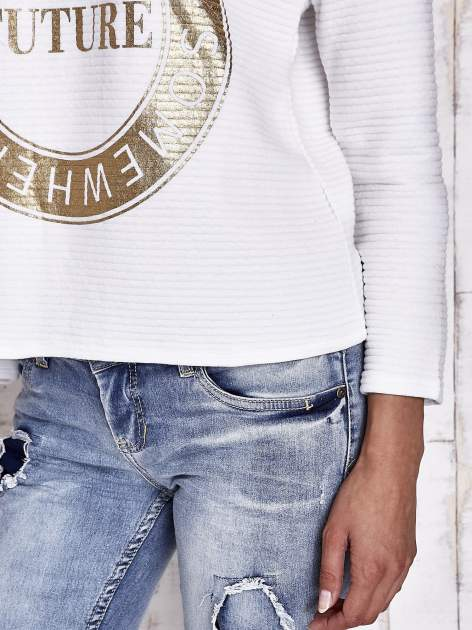 Biała bluza w stylu glamour ze złotym nadrukiem i lamówką                                  zdj.                                  7