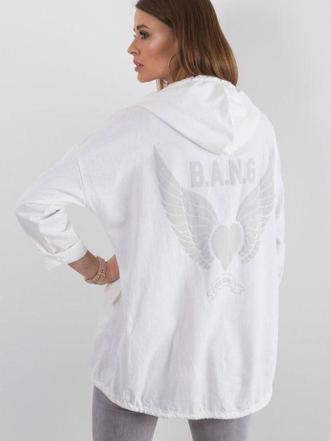 Biała bluza z nadrukiem i kapturem                              zdj.                              2