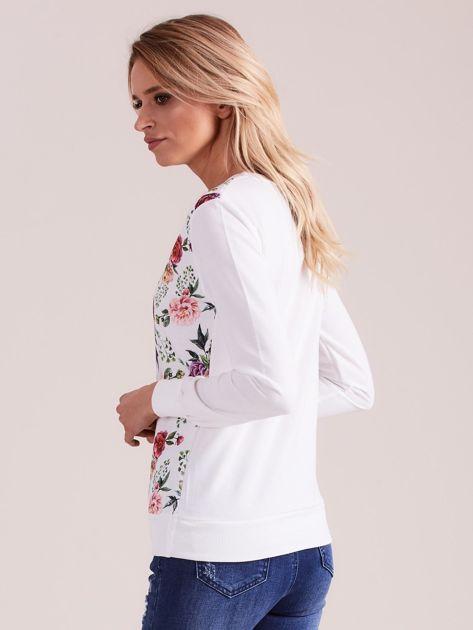 Biała bluza z nadrukiem kwiatów                              zdj.                              3