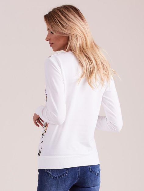 Biała bluza z nadrukiem w kwiaty                              zdj.                              2