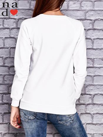Biała bluza z napisem CODZIENNIE BUDZĘ SIĘ PIĘKNIEJSZA                                  zdj.                                  4