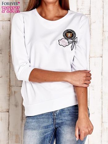 Biała bluza z naszywkami i ściągaczami                                  zdj.                                  1