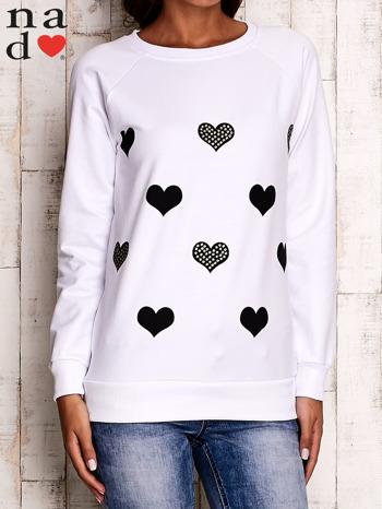 Biała bluza z serduszkami