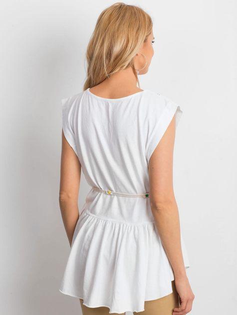 Biała bluzka boho z ozdobnym paskiem                              zdj.                              2