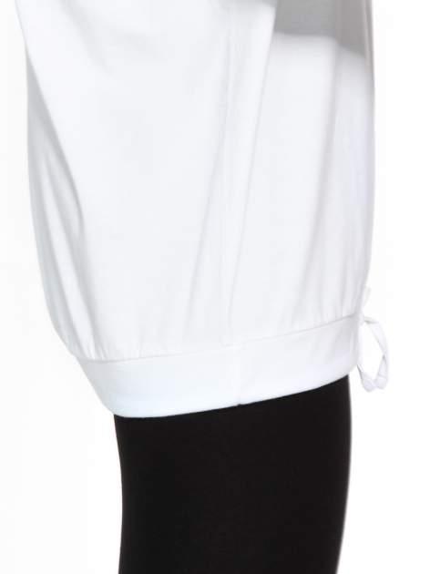 Biała bluzka dresowa z kołnierzokapturem i ściągaczem na dole                                  zdj.                                  10